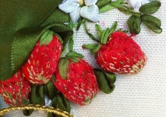 kak-vyshivat-lentami-dlya-nachinayuschih-20 Как вышивать лентами для начинающих. Пошагово уроки: картины, цветы, на День матери, новогодняя тема. Видео