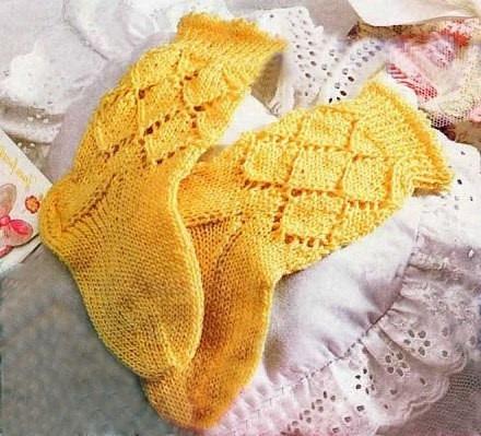 krasivye-nosochki-spitsami-so-shemami-7 Как связать детские носочки спицами (лёгкий способ)