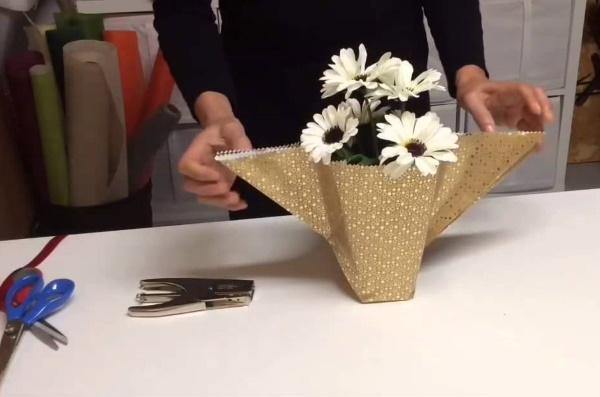 Как красиво упаковать букет цветов в гофрированную, крафт бумагу, пленку, сетку. Мастер-классы пошагово