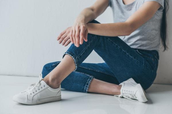Как обрезать джинсы внизу по-модному, распушить с бахромой, необработанными краями с фото пошагово