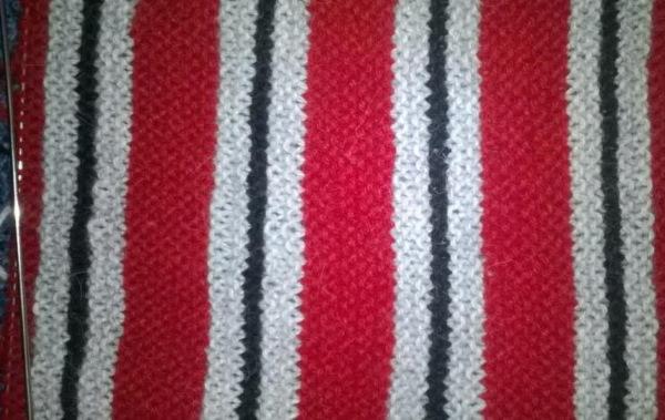 Красивый шарф спицами для женщины. Схема с описанием из мохера, секционной, толстой пряжи