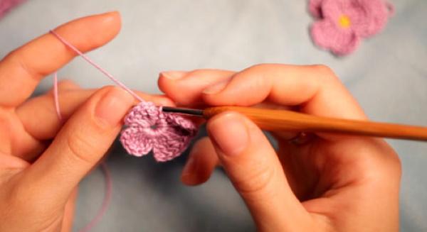 Цветок крючком. Схема и описание вязания для начинающих: объемный, простой