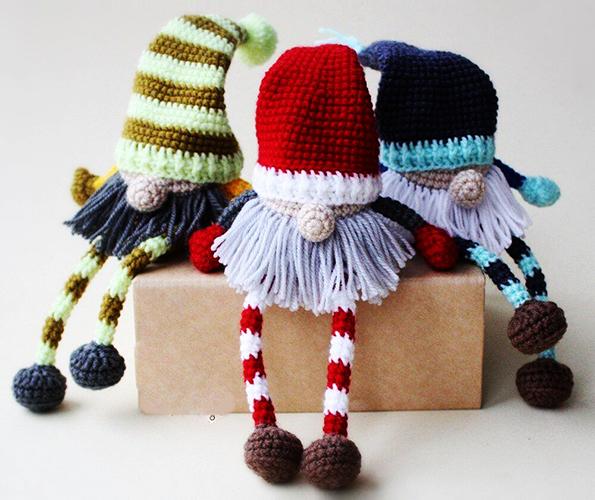 Гномик крючком. Схемы и описание, мастер- классы: новогодний, рождественский, клубничный. Фото