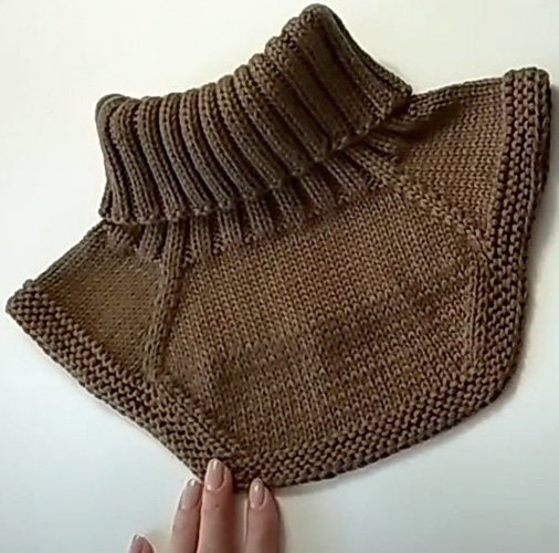 Манишка для мальчика спицами: схема с описанием вязания, модели, видео для начинающих